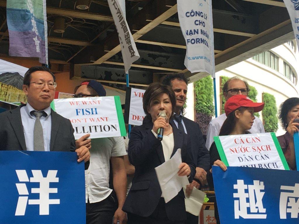 台塑受害者正義會-JFFV副會長裴南茜向股東,向各位提股東一個非常簡單的問題:各位可以挪出一點利潤來保護人民和環境嗎?