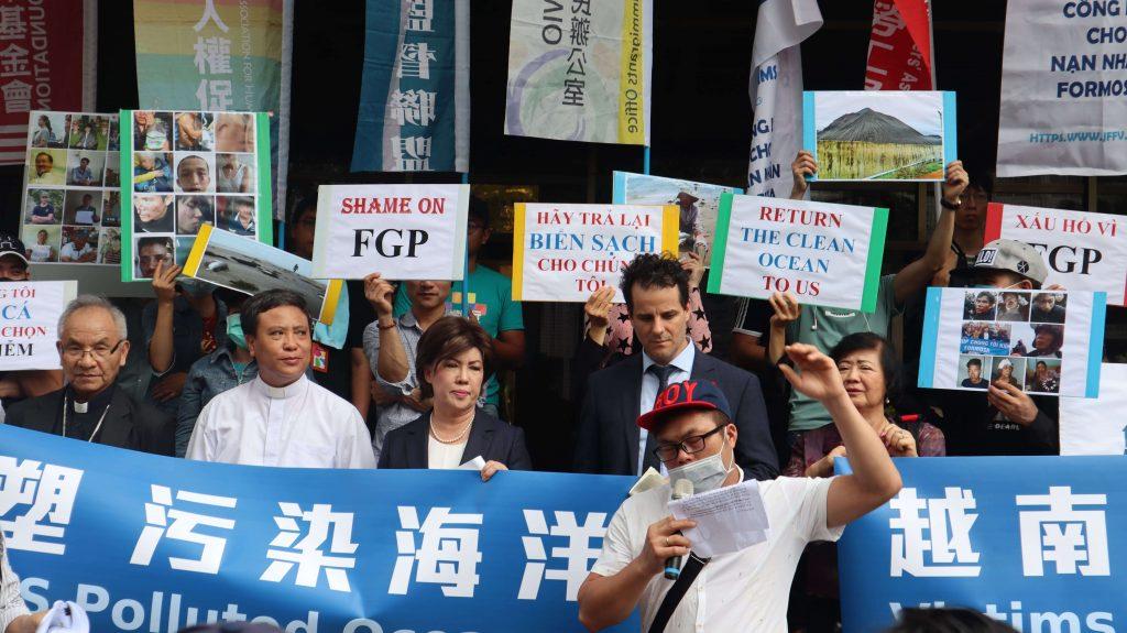 台塑越鋼污染受害者說:即使因為擔心越南政府對越南人民的迫害而必須遮住臉。但還是站出來,讓大家知道我們受到的痛苦及屈辱。請台塑把正義還給我們。