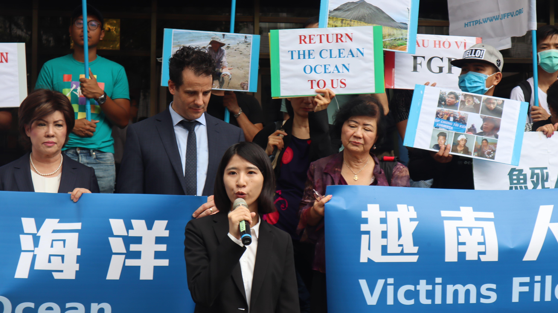 委任人之環境權保障基金會專職律師黃馨雯於2月和受害居民見面, 聽說有一位船主,因為還不出買船的錢而自殺。身為臺灣人,感到很羞愧